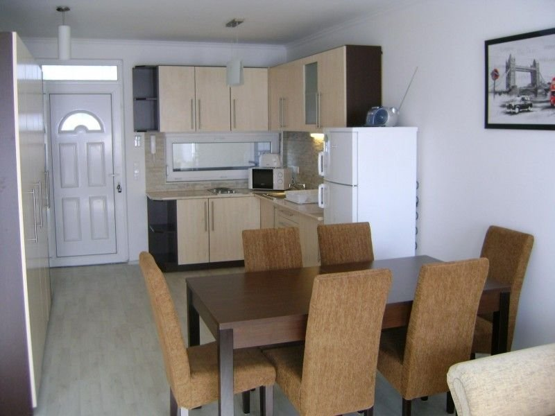 Modern,neu Appartement mit Klima & Pool, Strand 120m, Zentrum 200m, frei WIFI, aluguéis de temporada em Siofok