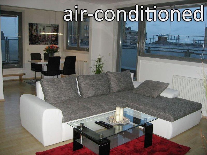 Ruhiges 60m2 Penthouse-Apartment mit 3 Terrassen und Panoramablick auf Wien, casa vacanza a Munchendorf