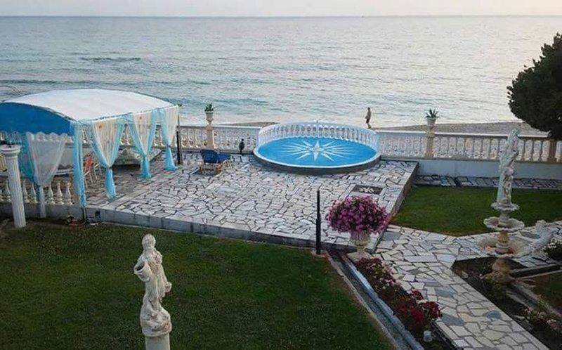 ANGEBOT!! Luxus muss nicht teuer sein! Privater Strandzugang, WiFi uvm. (OG), location de vacances à Nikopolis