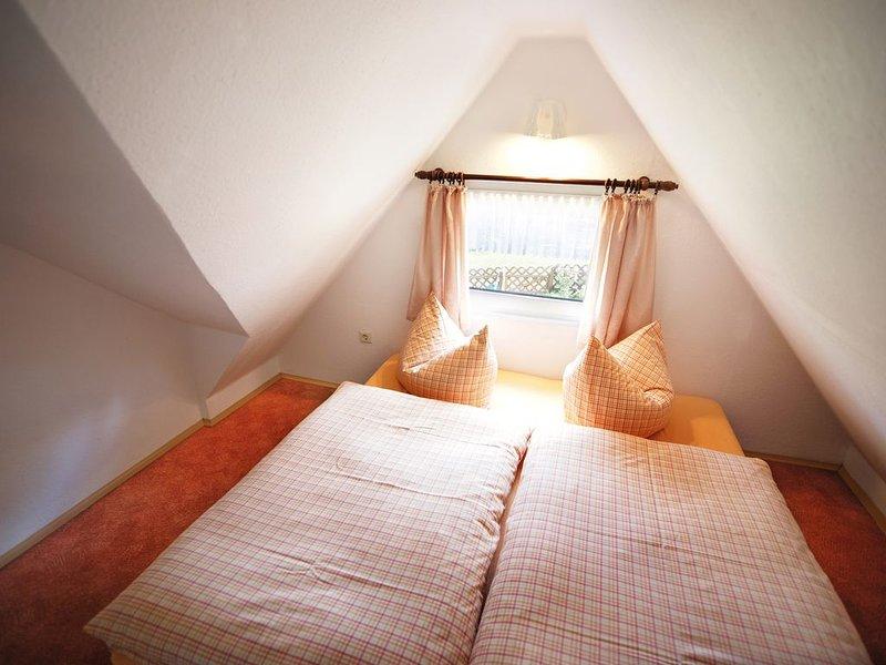 Chambre mansardée avec lit double
