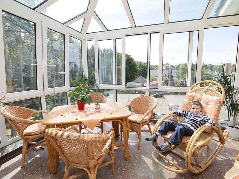 2 - Raum - Ferienwohnung mit großem Wintergarten mit Kamin im Dachgeschoß, holiday rental in Klockenhagen