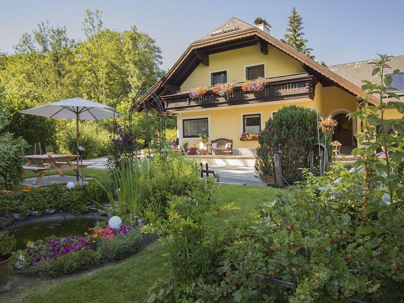 Ferienwohnung Claudia mit See und Bergblick, holiday rental in Oberhofen am Irrsee