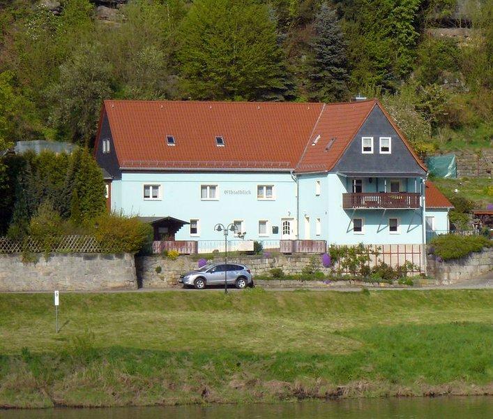 Ferienwohnung mit Terrasse und Elbblick - Urlaub im Elbsandsteingebirge, vacation rental in Rathen