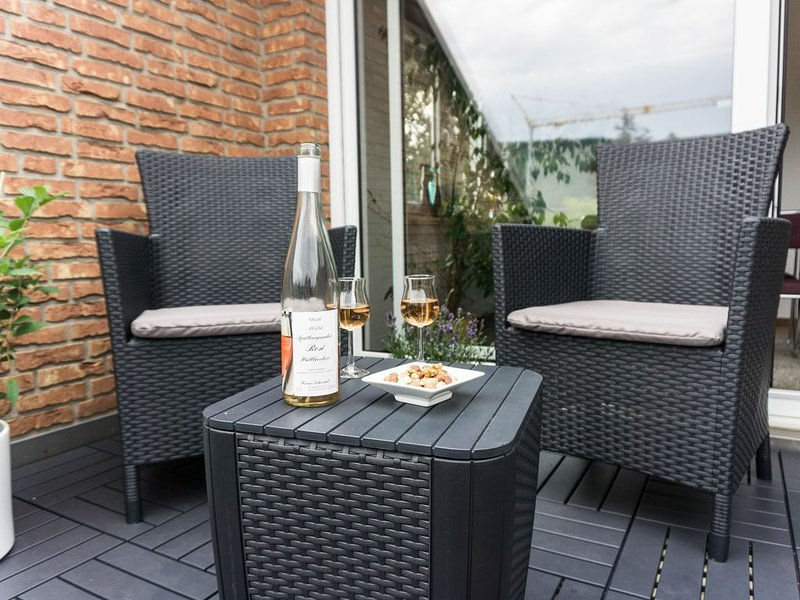 Moderne 70 qm Wohnung mit großer Dachterrasse, holiday rental in Kinheim