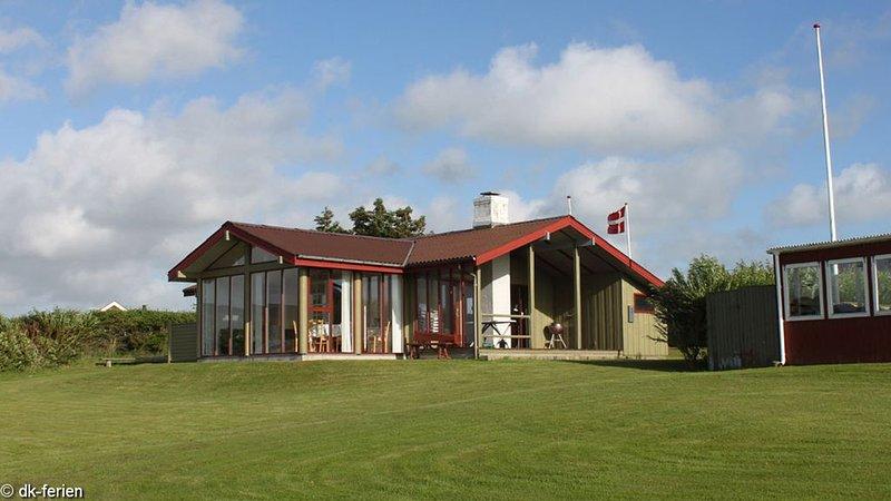 Einladendes Ferienhaus in leichter Hanglage mit tollem Blick auf den Limfjord, aluguéis de temporada em Lihme