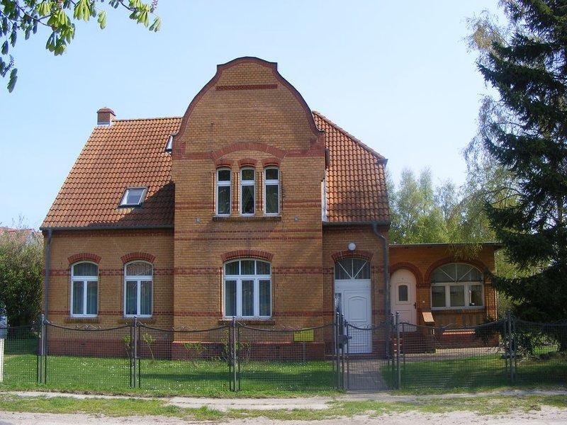 kleine gemütliche Mansardenwohnung f. 2 Personen, Garten, inkl. Bettwäsche, WLAN, holiday rental in Ostseebad Prerow