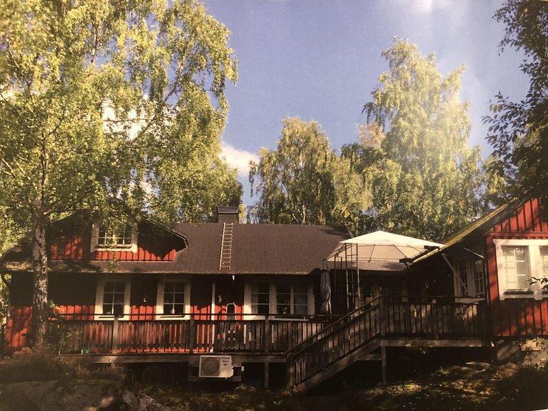 Rotes Holzhaus in Stockholmer Naherholungsort, aluguéis de temporada em Varmdo