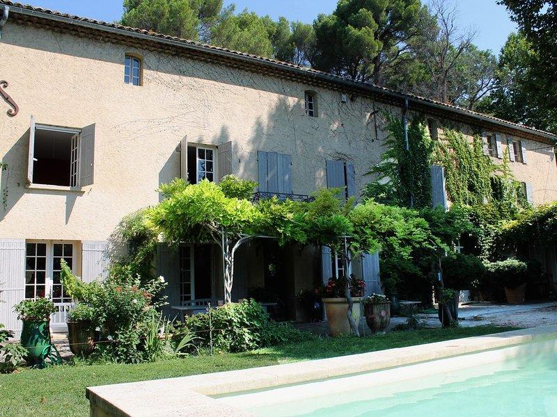 Landhaus mit Pool am Fuße des Mont Ventoux im Herzen des Weingebietes Vacqueyras, holiday rental in Courthezon