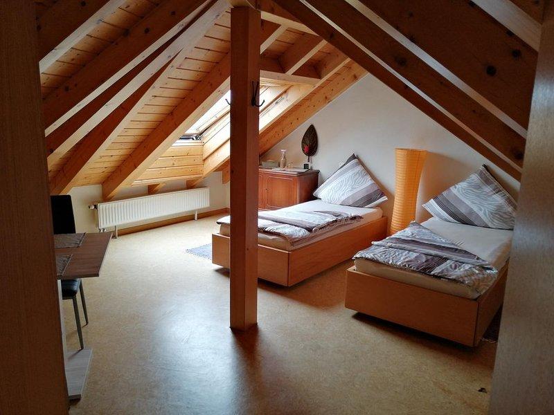 Charmantes Dachgeschosszimmer mit Bad., holiday rental in Dielheim
