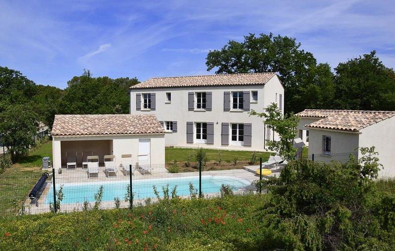 Superbe bastide tout comfort à Uzès, piscine privée et chauffée, proche Avignon, holiday rental in Vallabrix