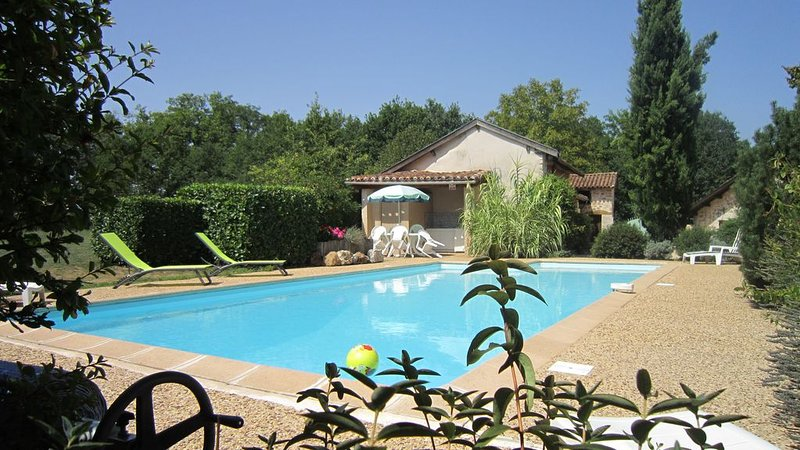 Maison de campagne  avec piscine privée, holiday rental in Saint-Martin-de-Fressengeas