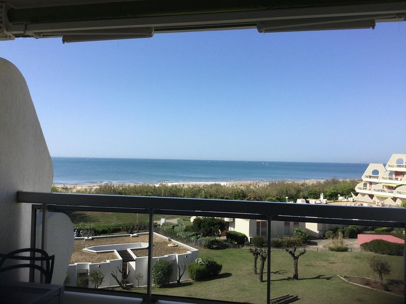 Appartement plein sud face à la mer les pieds dans l'eau vue imprenable., holiday rental in La Grande-Motte