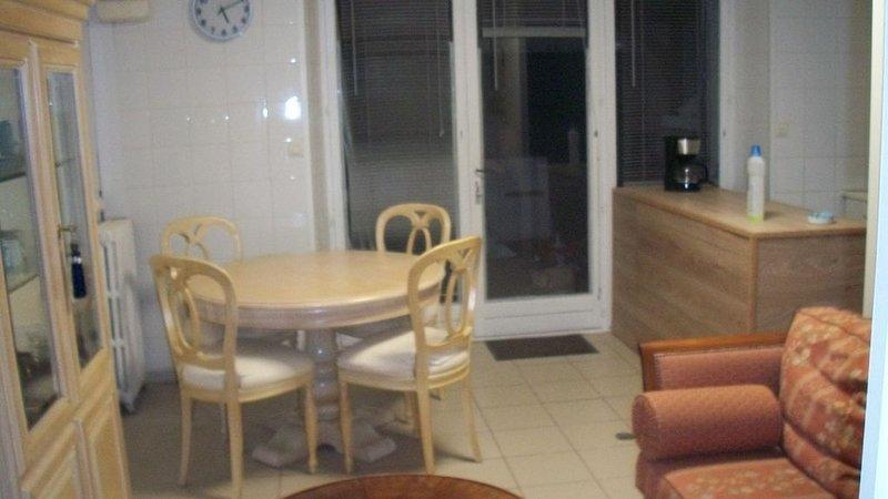 F2 meublé dans Maison de Maître, casa vacanza a Saint-Pierre-de-Jards