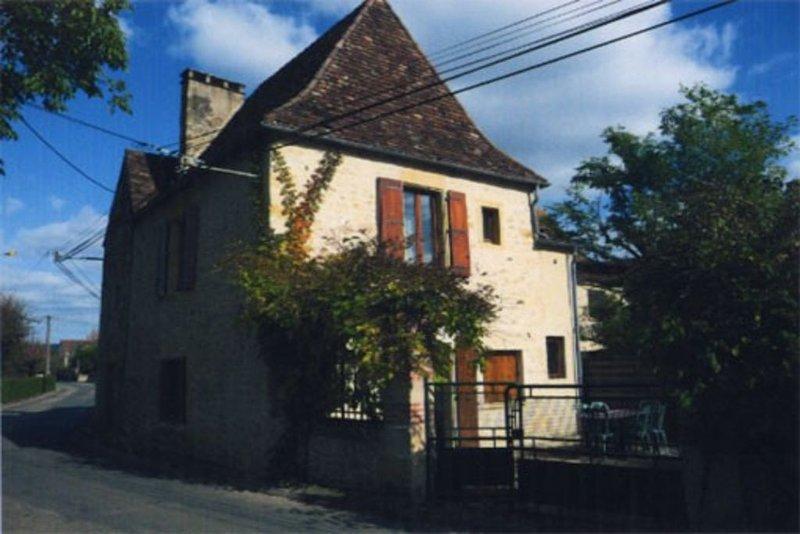 Joli Gîte rural  dans un village au bord de la dordogne, holiday rental in Saint-Julien-de-Lampon
