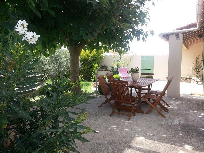 Derniere minute maison individuelle avec piscine au calme . Un havre de paix., location de vacances à Oppède