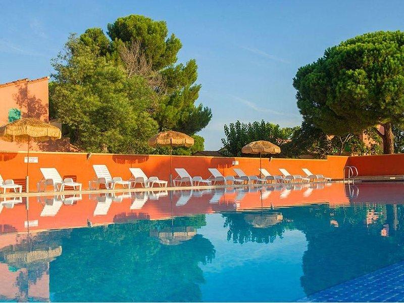 Jolie maison, parc arboré, grande piscine collective. Parking privé. Commerces, aluguéis de temporada em Argeles-sur-Mer