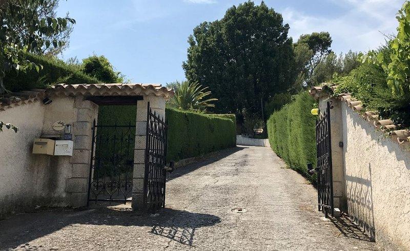 Logement 130 m2 dans Villa Mediterranéenne avec joli jardin, vacation rental in La Roquette-sur-Siagne