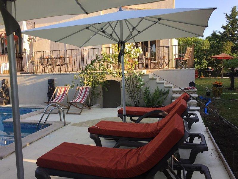 Villa 6 personnes , piscine 5x10 , à Aix en Provence, à 2 km du centre ville, holiday rental in Puyricard