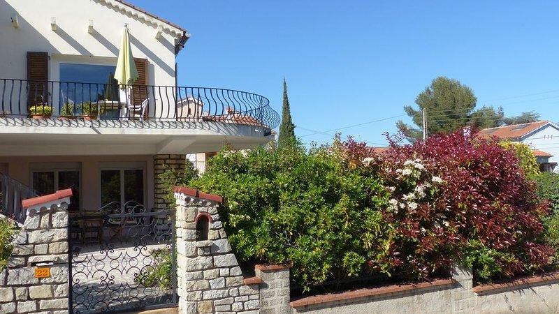 Toulon est, à 5 min des plages, Bas de villa au calme avec  terrasse ombragée, location de vacances à La Valette-du-Var