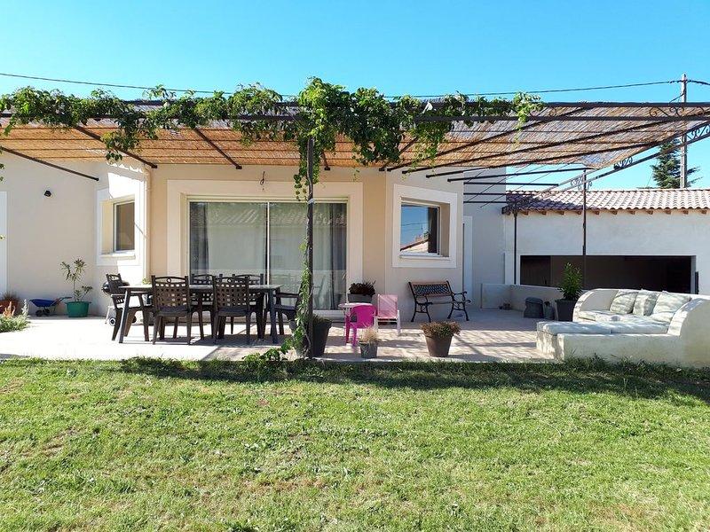 Maison 140 m² familiale et conviviale à Tavel - 10min d'Avignon, holiday rental in Saint-Laurent-des-Arbre