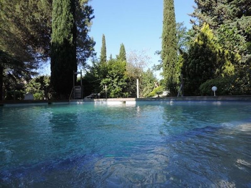 Gîte indépendant dans superbe domaine provençal, L'Arbre d'Or, jardin et piscine, location de vacances à Saint-Nazaire