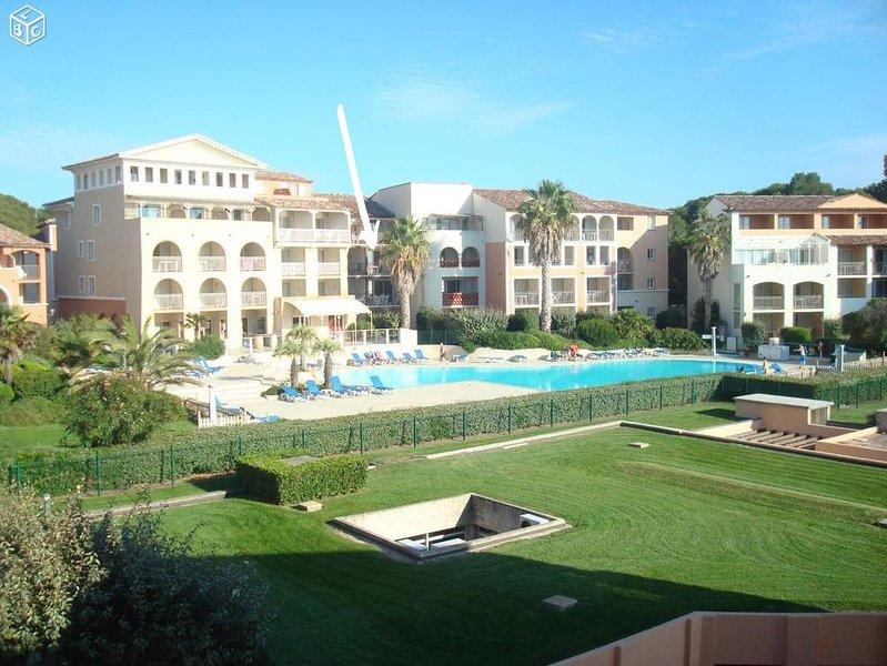 Beau T2 classé 3* dans résidence standing avec piscine face à la mer, location de vacances à Six-Fours-les-Plages