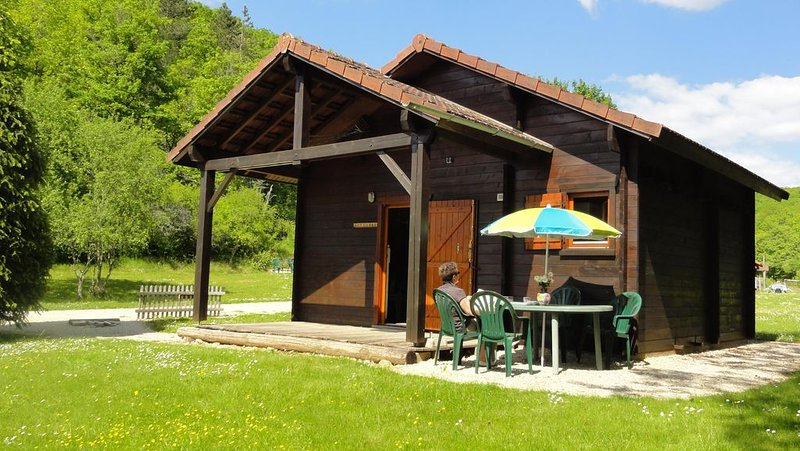 Gite chalet en bois proche de Vézelay en pleine nature, holiday rental in Vault-de-Lugny