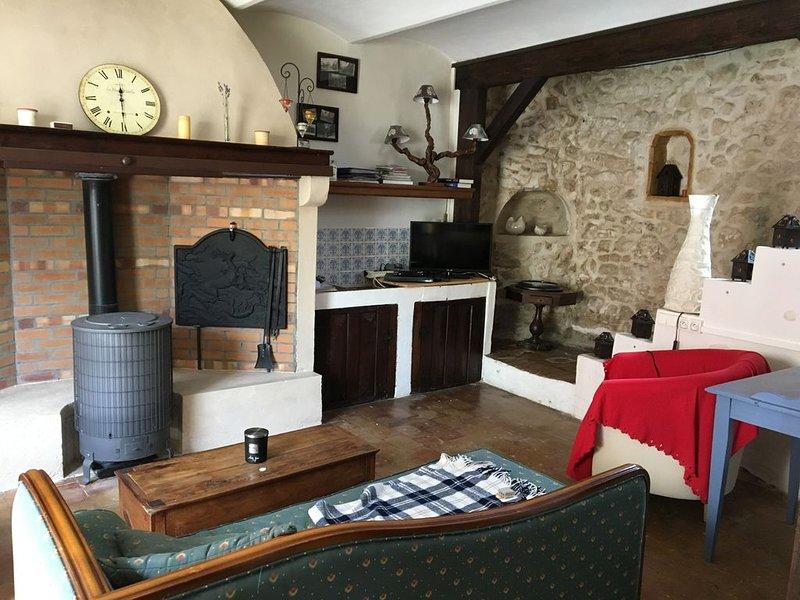 Maison de caractère pour 2 à 6 personnes dans village pittoresque gardois, aluguéis de temporada em Saint-Julien-de-Cassagnas