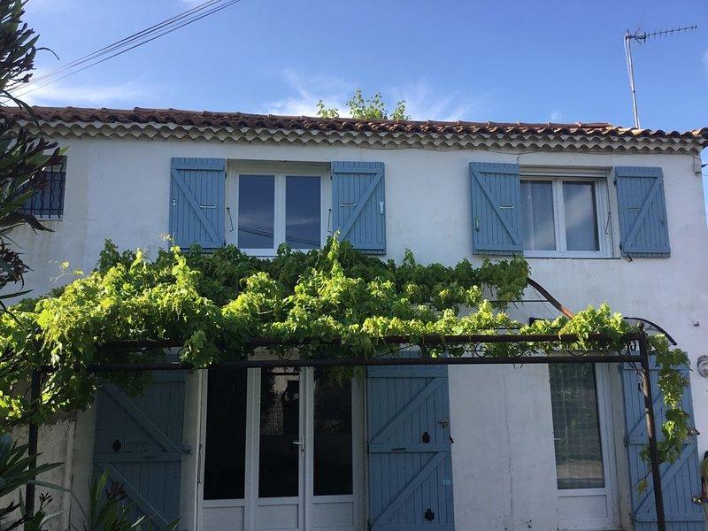 Charmante maison provençale à Arles, holiday rental in Fourques