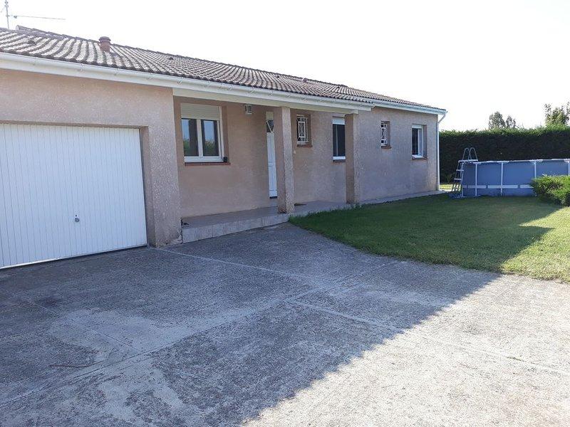 Chambre + salle de bain avec accès indépendant, holiday rental in Aussonne