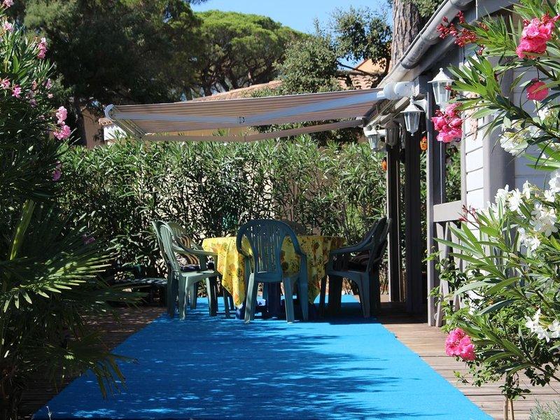 Maison Bois dans parc arborré calme 6 couchages 1 Km des plages 5 Km de St Trope, location de vacances à Gassin
