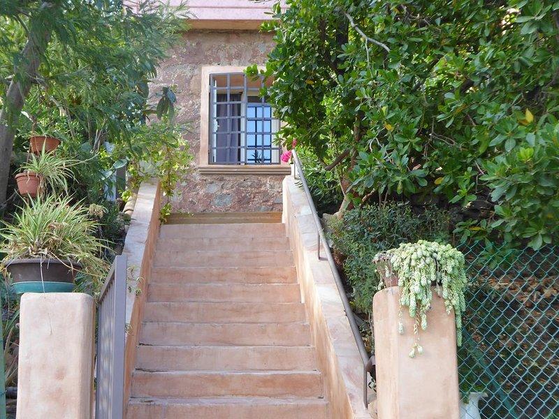 Dans un jardin de toutes espèces de plantes et fleurs... 2 'YUCCA', vacation rental in Agay