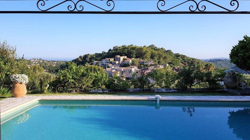 Villa La Gaude, plein sud, très belle vue à 180° Collines, mer et vieux village, holiday rental in La Gaude