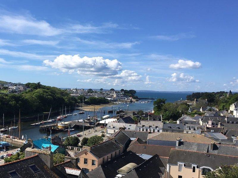 Appartement T2 centre ville vue sur Port Rhu meublé de tourisme 3 étoiles, holiday rental in Poullan-sur-Mer