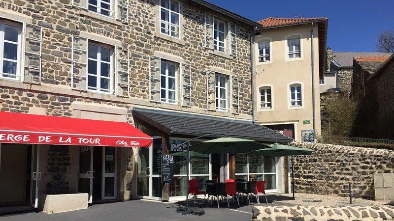 Auberge de la Tour Bar Restaurant Epicerie, holiday rental in Coubon