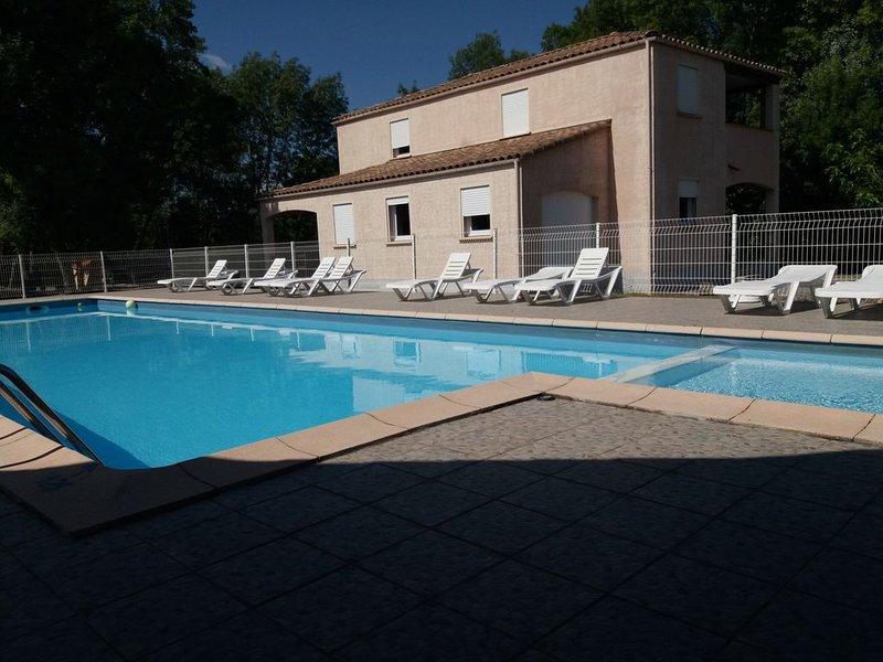 GITE ARDECHE 6 PERSONNES AVEC PISCINE ET TENNIS GRATUITS, vacation rental in Lablachere