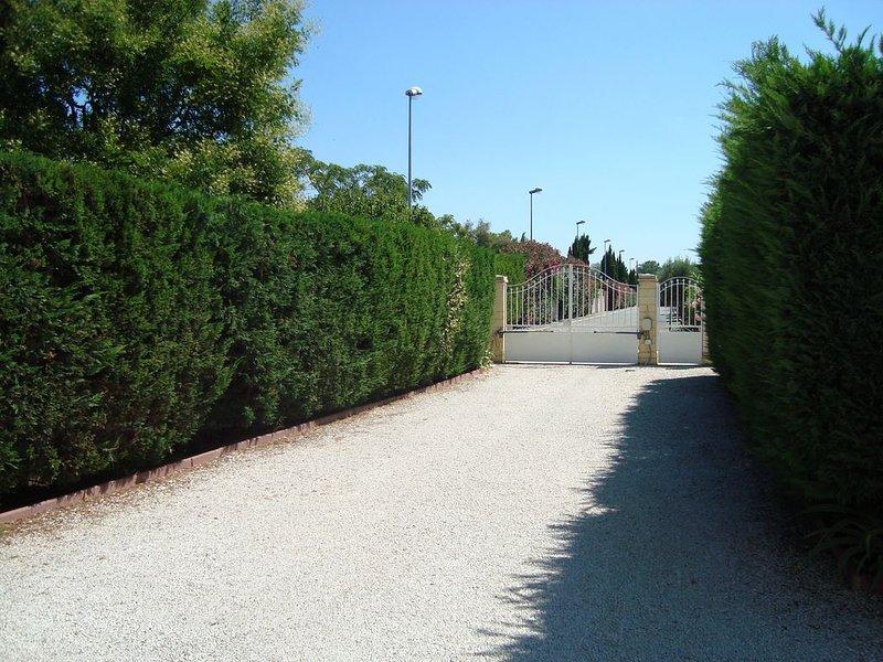 Appartement indépendant- T 2- dans villa - piscine et jardin., vacation rental in Port-Saint-Louis-du-Rhone