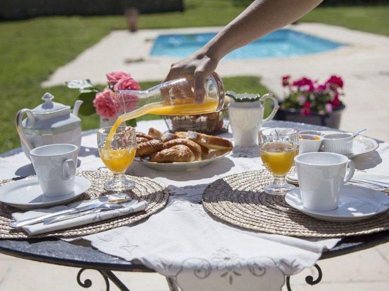 La Source Gilhodes - Chambre indépendante La gentiane avec piscine, holiday rental in Montpeyroux