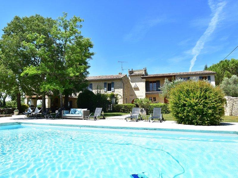 Magnifique Mas Provencal de 7 chambres  dans un parc entièrement clos, holiday rental in Arpaillargues