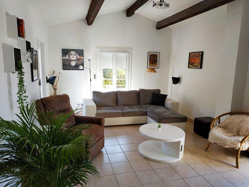 Haut de villa + cinéma 3D + Terrasse 50m2, vacation rental in St Chamas