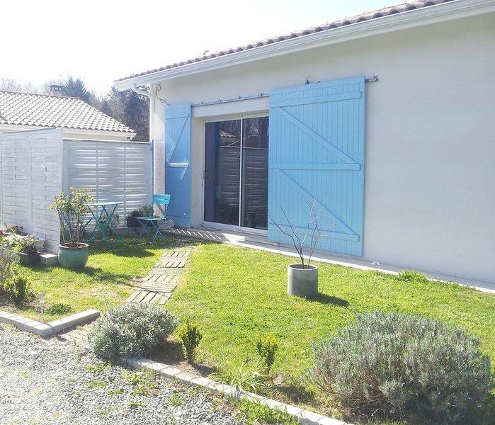 Bedenac (3km de RN10) entre Bordeaux et Jonzac Joli T1 bis, holiday rental in Saint Martin de Coux