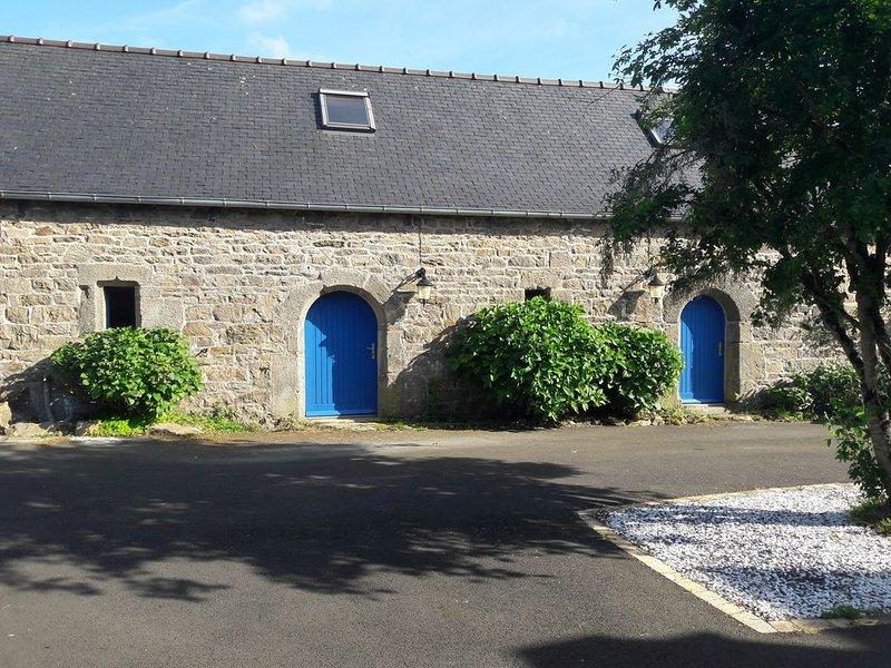 Authentique longère bretonne aux volets bleus, vacation rental in Loguivy-Plougras