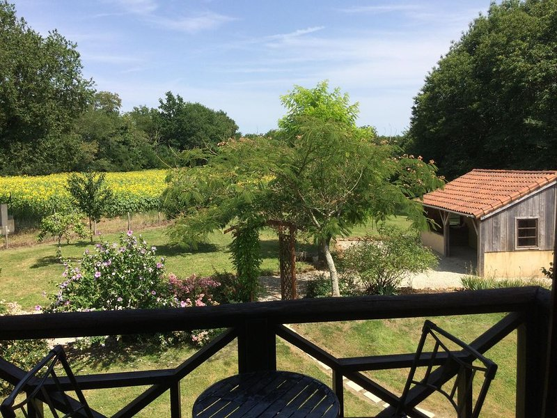 Charme campagnard en Charente limousine, holiday rental in Champagne Mouton