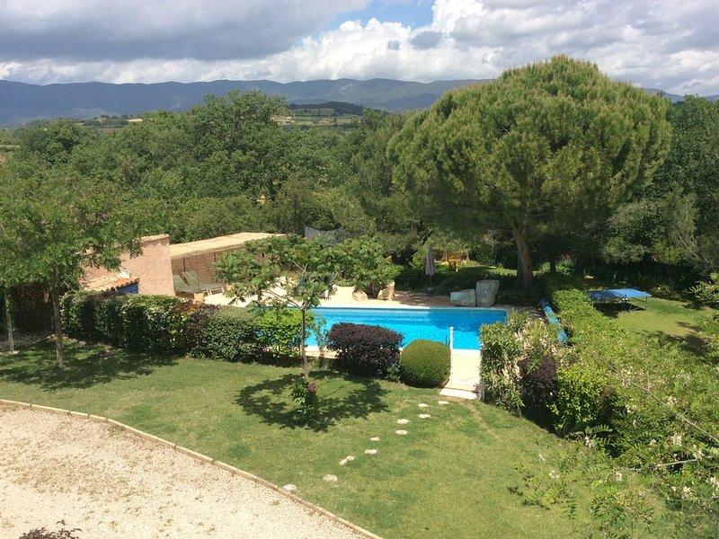 Appartement à La Tour d'aigues sur grand terrain arboré avec piscine partagée, aluguéis de temporada em Saint-Martin-de-la-Brasque