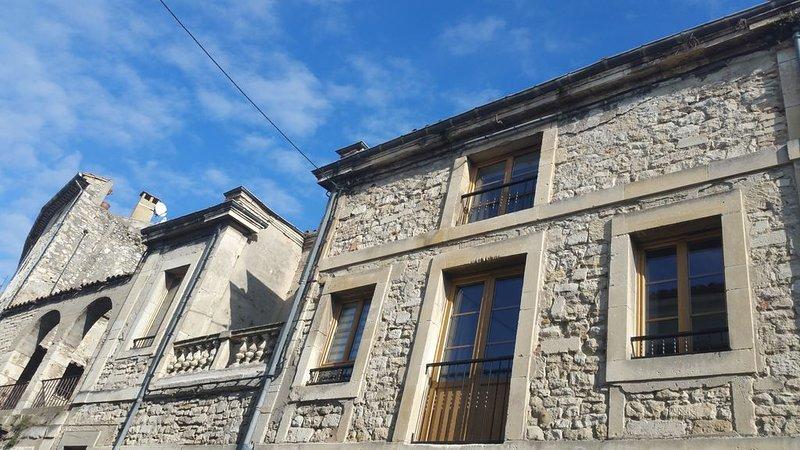 Gîte d'étape neuf en Ardèche méridionale: appartement T3, holiday rental in Pierrelatte