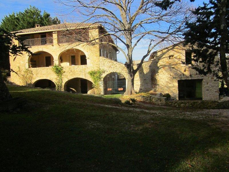 Magnifique gîte en pierre avec jacuzzi, piscine et grand terrain arboré., holiday rental in Saint-Marcel-de-Careiret