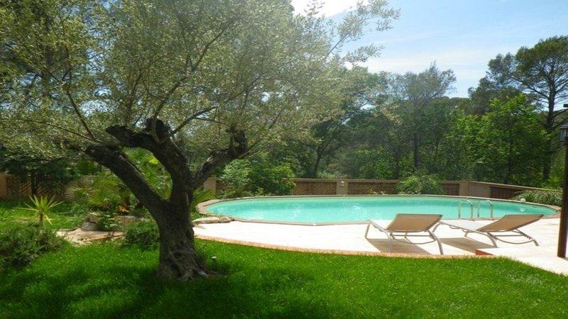 Appartement à l'étage d'une villa avec piscine chauffée, location de vacances à Fréjus