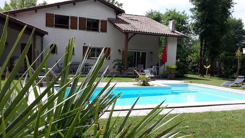 Villa 180 m² en lisière de forêt, piscine, entre Bordeaux et océan., casa vacanza a Arsac