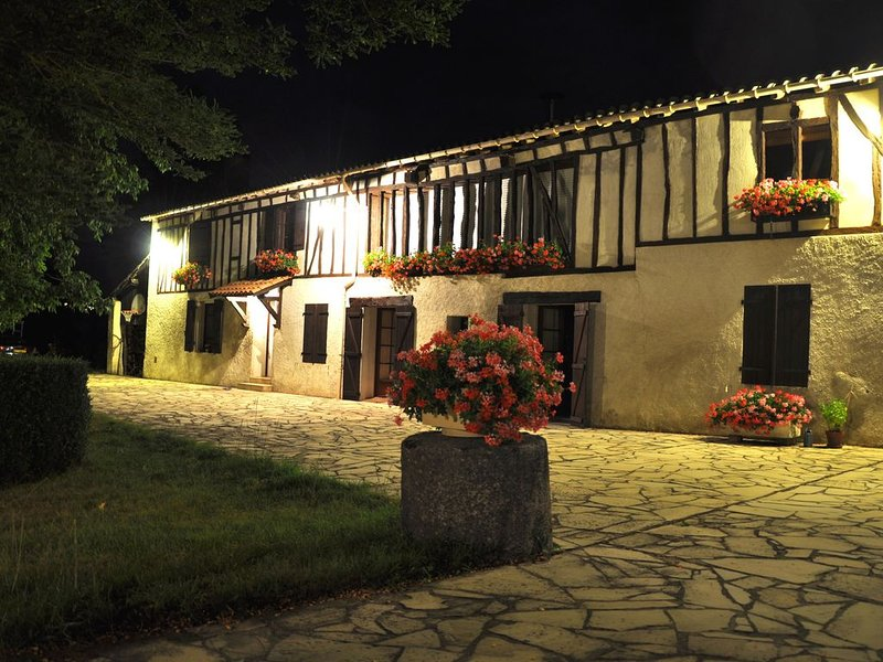 Gîte loft : terrasse couverte, piscine, espace de pleine nature, parc, garage, aluguéis de temporada em Tarn