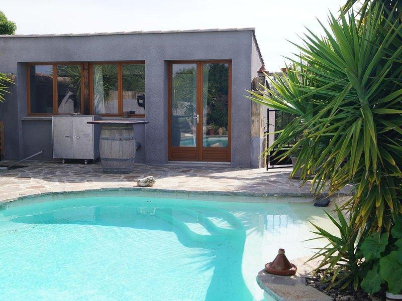 dans un village héraultais ,  maison avec piscine privé ., holiday rental in Roujan
